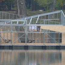 0012 215x215 - Domy na wodzie w Europie to dosyć popularne rozwiązanie. W Polsce jeszcze nowość, jednak cieszy że coraz częściej pojawiają się one w naszych portach, a jeszcze bardziej, że wśród nich, pojawiają się także polskie projekty. Dom na wodzie