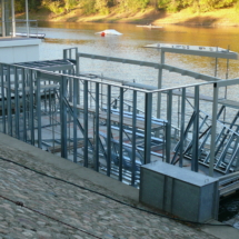 007 215x215 - Domy na wodzie w Europie to dosyć popularne rozwiązanie. W Polsce jeszcze nowość, jednak cieszy że coraz częściej pojawiają się one w naszych portach, a jeszcze bardziej, że wśród nich, pojawiają się także polskie projekty. Dom na wodzie