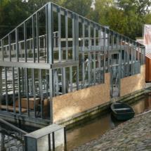 009 215x215 - Domy na wodzie w Europie to dosyć popularne rozwiązanie. W Polsce jeszcze nowość, jednak cieszy że coraz częściej pojawiają się one w naszych portach, a jeszcze bardziej, że wśród nich, pojawiają się także polskie projekty. Dom na wodzie