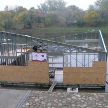 013 215x215 - Domy na wodzie w Europie to dosyć popularne rozwiązanie. W Polsce jeszcze nowość, jednak cieszy że coraz częściej pojawiają się one w naszych portach, a jeszcze bardziej, że wśród nich, pojawiają się także polskie projekty. Dom na wodzie