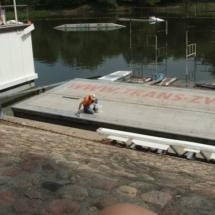001 215x215 - Domy na wodzie w Europie to dosyć popularne rozwiązanie. W Polsce jeszcze nowość, jednak cieszy że coraz częściej pojawiają się one w naszych portach, a jeszcze bardziej, że wśród nich, pojawiają się także polskie projekty. Dom na wodzie