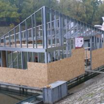 014 215x215 - Domy na wodzie w Europie to dosyć popularne rozwiązanie. W Polsce jeszcze nowość, jednak cieszy że coraz częściej pojawiają się one w naszych portach, a jeszcze bardziej, że wśród nich, pojawiają się także polskie projekty. Dom na wodzie