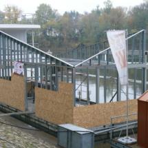 015 215x215 - Domy na wodzie w Europie to dosyć popularne rozwiązanie. W Polsce jeszcze nowość, jednak cieszy że coraz częściej pojawiają się one w naszych portach, a jeszcze bardziej, że wśród nich, pojawiają się także polskie projekty. Dom na wodzie