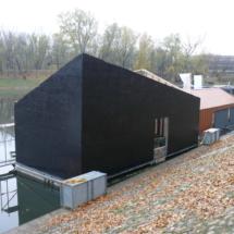 018 215x215 - Domy na wodzie w Europie to dosyć popularne rozwiązanie. W Polsce jeszcze nowość, jednak cieszy że coraz częściej pojawiają się one w naszych portach, a jeszcze bardziej, że wśród nich, pojawiają się także polskie projekty. Dom na wodzie