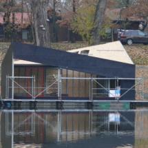 021 215x215 - Domy na wodzie w Europie to dosyć popularne rozwiązanie. W Polsce jeszcze nowość, jednak cieszy że coraz częściej pojawiają się one w naszych portach, a jeszcze bardziej, że wśród nich, pojawiają się także polskie projekty. Dom na wodzie