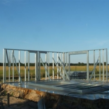 budowa 120 215x215 - Dom budowany z gotowych konstrukcji szkieletowych to oszczędność czasu przy jednoczesnym zminimalizowaniu kosztów zarówno budowy jak i późniejszego użytkowania obiektu. Dom jednorodzinny 4