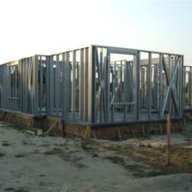 budowa 121 215x215 - Dom budowany z gotowych konstrukcji szkieletowych to oszczędność czasu przy jednoczesnym zminimalizowaniu kosztów zarówno budowy jak i późniejszego użytkowania obiektu. Dom jednorodzinny 4