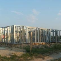 budowa 126 215x215 - Dom budowany z gotowych konstrukcji szkieletowych to oszczędność czasu przy jednoczesnym zminimalizowaniu kosztów zarówno budowy jak i późniejszego użytkowania obiektu. Dom jednorodzinny 4