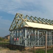 budowa 132 215x215 - Dom budowany z gotowych konstrukcji szkieletowych to oszczędność czasu przy jednoczesnym zminimalizowaniu kosztów zarówno budowy jak i późniejszego użytkowania obiektu. Dom jednorodzinny 4