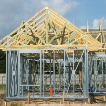 budowa 135 215x215 - Dom budowany z gotowych konstrukcji szkieletowych to oszczędność czasu przy jednoczesnym zminimalizowaniu kosztów zarówno budowy jak i późniejszego użytkowania obiektu. Dom jednorodzinny 4