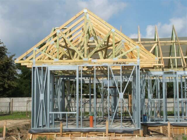budowa 135 - Połączenie konstrukcji stalowej z drewnianym dachem budowa-135