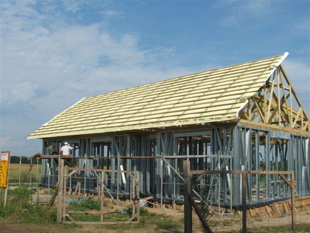 budowa 143 - Połączenie konstrukcji stalowej z drewnianym dachem budowa-143