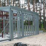 dj 5 003 150x150 - Decydując się na budowę w technologii szkieletu stalowego zyskujemy około 5% powierzchni użytkowej mieszkalnej przy tym samym obrysie budynku. Jednocześnie gwarantujemy, że dom będzie budynkiem energooszczędnym. Dom jednorodzinny 5