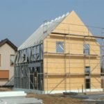 dj 7 10 150x150 - Dom w naszej konstrukcji powstaje w 3 miesiące i mamy tu na myśli stan od fundamentów po stan deweloperski. Oszczędzając czas, oszczędzamy pieniądze co związane jest, np. ze zminimalizowaniem odsetek za kredyt zaciągnięty na budowę, czy wynajmu mieszkania w trakcie trwania budowy. Dom jednorodzinny 7